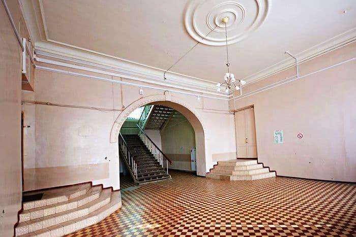 В здании бывшего Офицерского собрания. Ижевск.