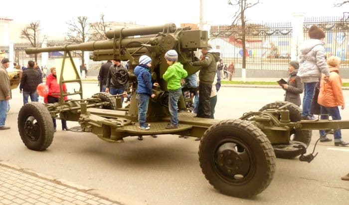 Фото демонстрации 9 мая 2017. 85-миллиметровая пушка. Ижевск.