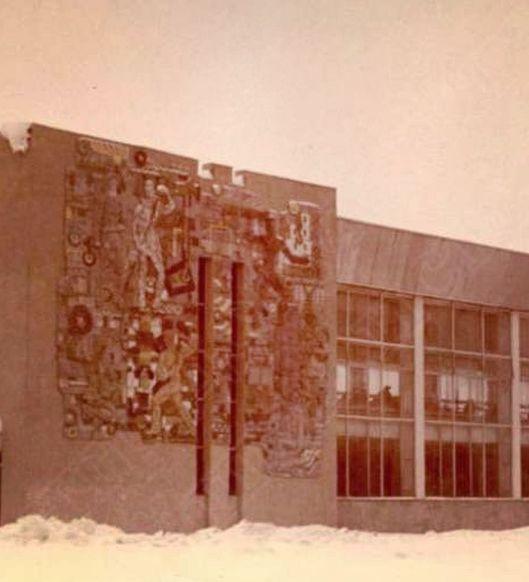 Панно, посвящённое труду на жд пригородном вокзале. При реконструкции разрушено. Ижевск.