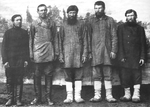 Северные удмурты. Верхнечепецкие мужчины в базарный день в г. Глазове. 1910-1914 гг. Удмуртская народная одежда.