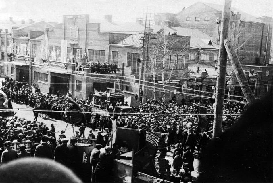Демонстрация у стен КОРа, перекресток улиц Советской и Горького, 30-е годы. Ижевск.