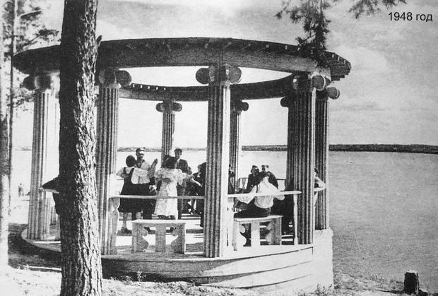 Танцы в беседке Парк культуры и отдыха им.Кирова  на берегу пруда. 1948 год.