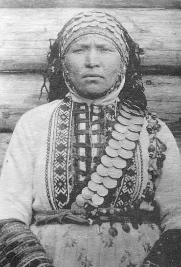 Женщина в праздничной одежде. Глазовский уезд, 1906 г. Удмуртская народная одежда.