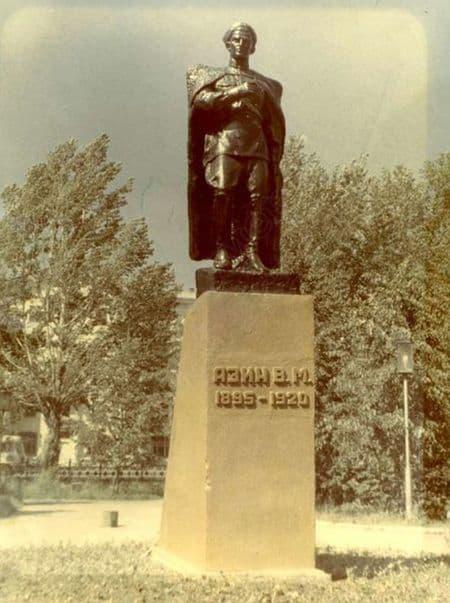 Памятник Азину на вокзальной площади, 1980-е годы. Ижевск.
