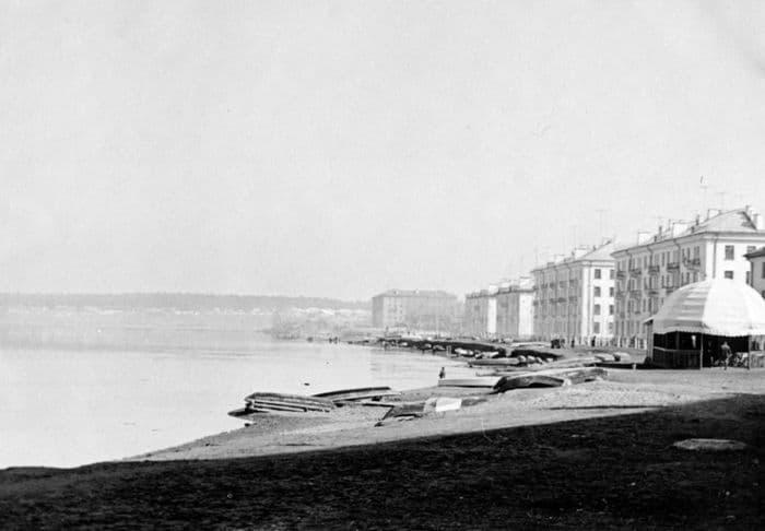 Набережная с лодками  и улица Мира в Воткинске. Фото из архива краеведа А.К Пекшуровой.