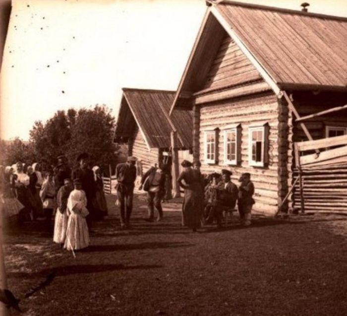 """""""Танцы в деревне."""" Глазовский уезд. Вятская губерния. Российская империя. Фото: 1913 год."""