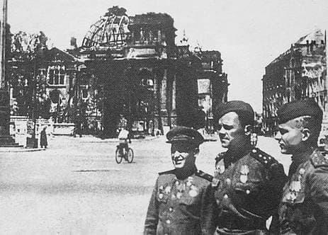 Килин П.И. (справа) в Берлине у рейхстага. 1945 г. Май.