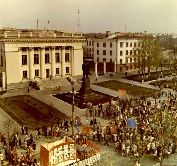 1 мая. 1980-е годы.  Улица Советская, здание республиканской библиотеки им.Ленина, памятник В.И.Ленину, старый Ижевск, СССР.