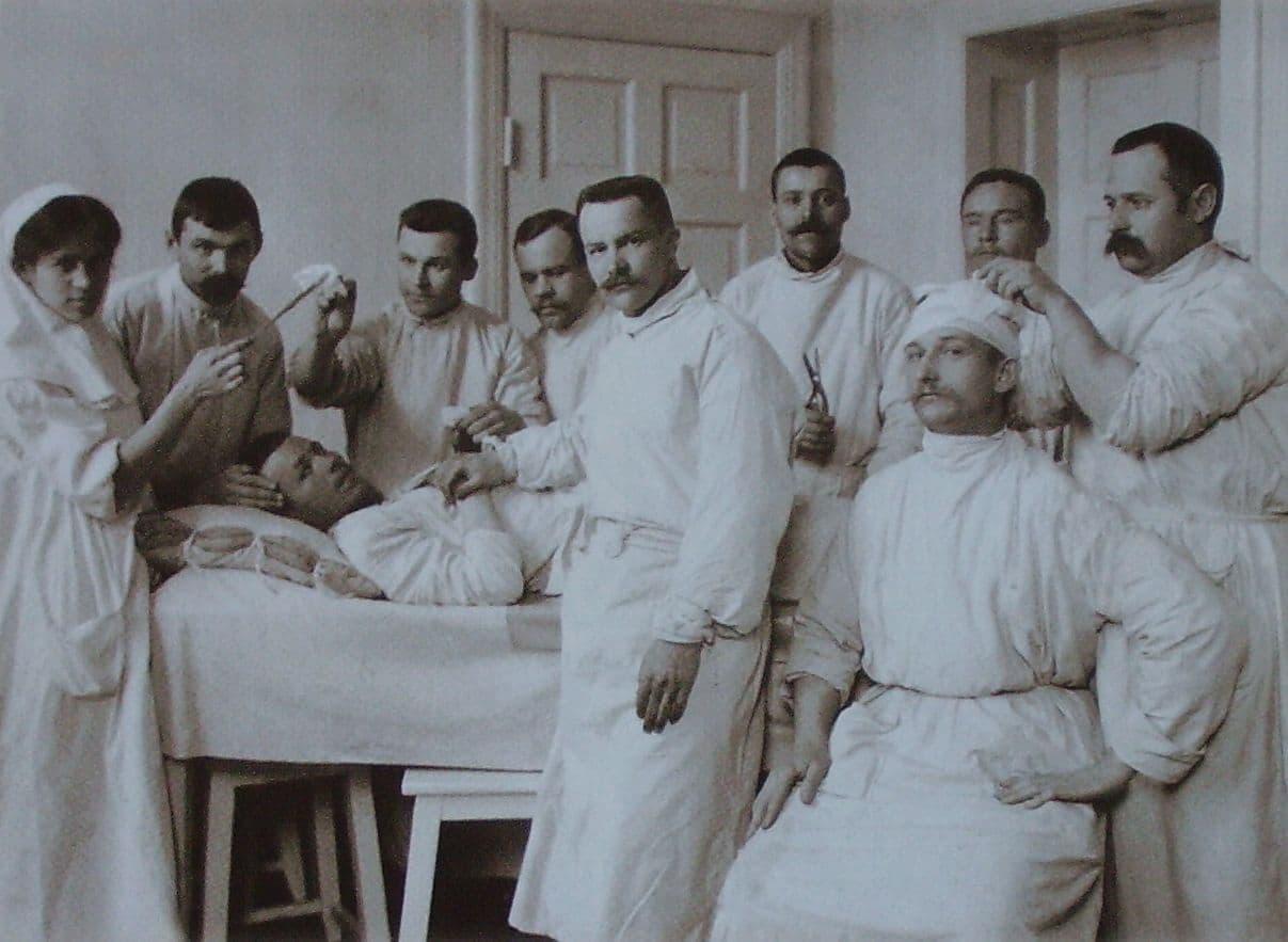Сергеев П.И. (стоит в центре) - земской врач Ижевской больницы в операционной. 1916г.