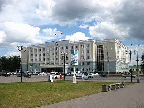 Дом Правительства УР ,Пушкинская 214 - место  работы Администрации Главы УР и Правительства УР, находится на Центральной площади Ижевска.