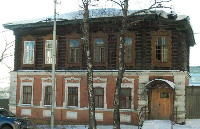 Здание старого военкомата по улице Вадима Сивкова, до революции - купеческий особняк. 2009.