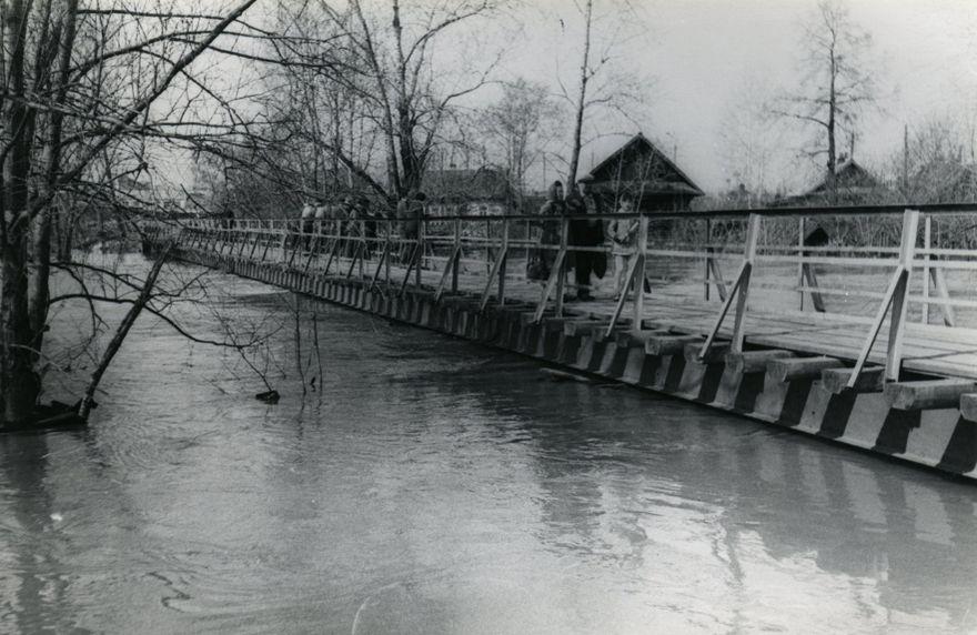 Мост на реке Иж в районе переулка Октябрьского во время паводка. Фото: 1979 год. Ижевск.