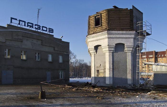 В 2012 году на привокзальной площади Глазова начали разбирать старую водонапорную башню (вернее её второй деревянный этаж).