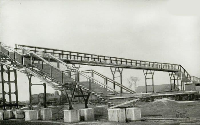 Пешеходный мост и паровоз на ст. Сюгинская, 1951г. Снимок из фондов ЦГА УР.