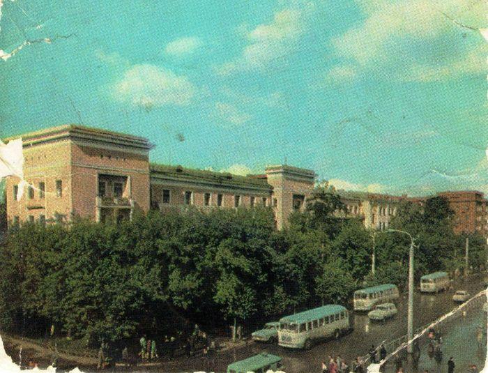 Улица Советская. Из набора открыток 1969 года. Фото: А. Мусин. Ижевск. В центре дом 184 ул. Свободы.