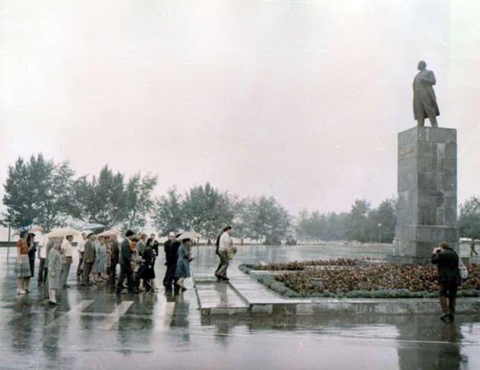 Памятник В.И. Ленину на Центральной площади Воткинска 1980 год. Фото: 1970 год, ГКУ ЦДНИ УР.