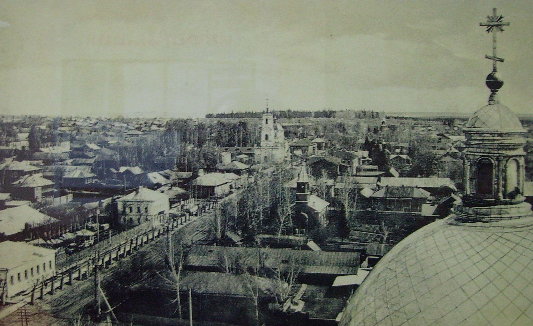 Вид на ул.Троицкую с колокольни Александро-Невского собора. На фотографии видна кирха, чуть дальше Ильинская церковь. Ижевск.