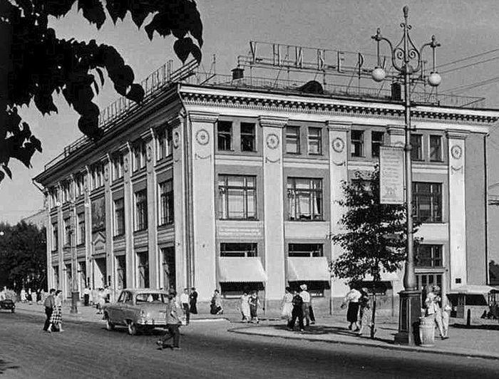 Универмаг на улице Советская. Необычный фонарный столб.  Ижевск.