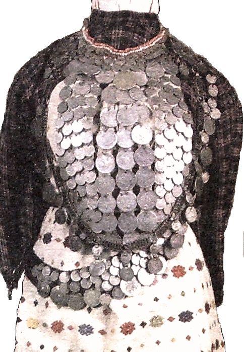 Экспонат музея.  Платье с монистами из монет.