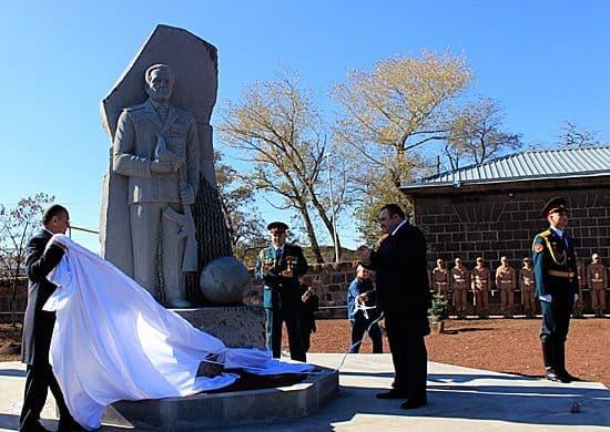 Памятник Калашникову в Армении.