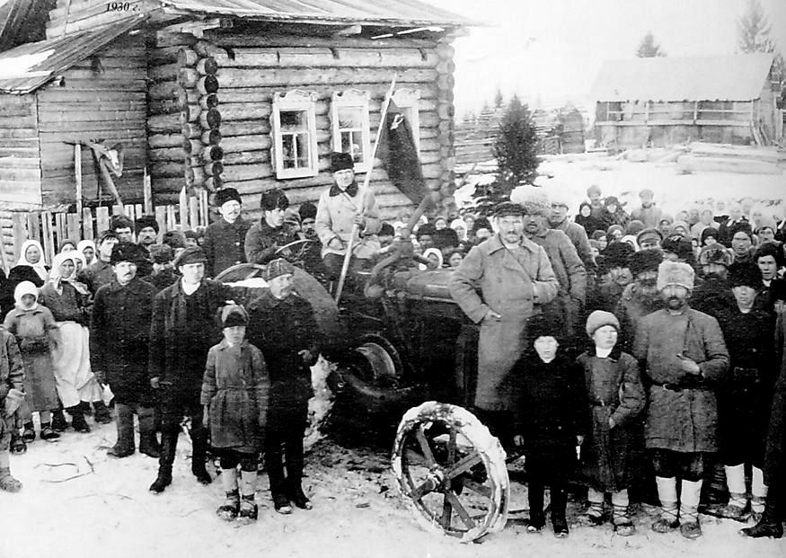 """Первый трактор в колхозе """"Шонер"""" Шарканского района."""