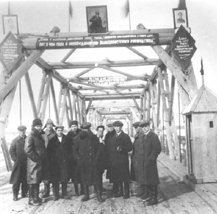 Открытие нового моста. Глазов. 1938г. Мост круглосуточно охранялся, стояла будка часового, по мосту разрешалось ездить на лошадях только шагом.