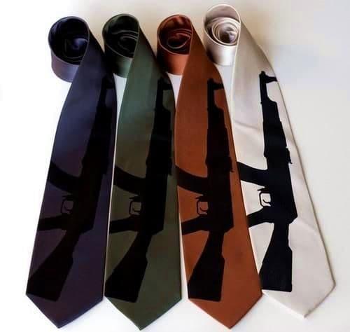 Автомат Калашникова на галстуке.