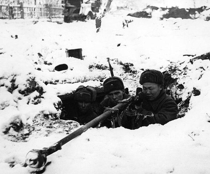 Фото (возможно) ноября 1941 года. Противотанковое ружьё системы Дегтярева В.А. (ПТРД-41) во время ВОВ.