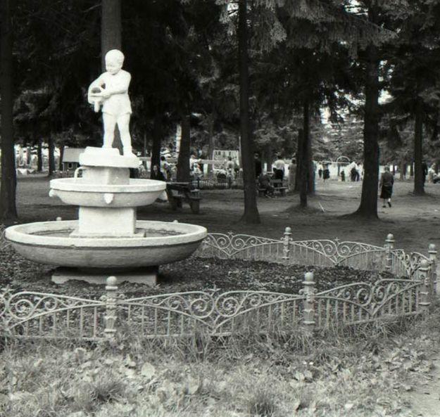 Фонтан у детской площадки в парке Кирова, середина 1960-х годов. Ижевск.