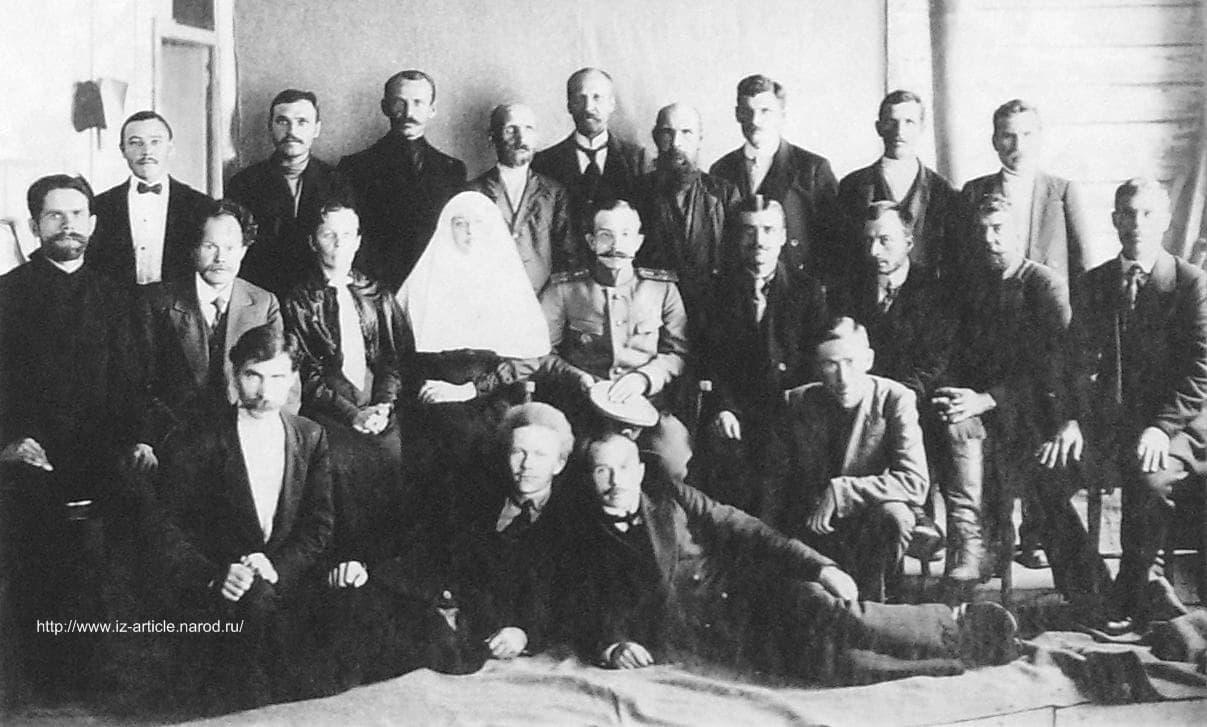 Федечкин Дмитрий Иванович (четвертый справа в третьем ряду) с супругой  среди Ижевчан.