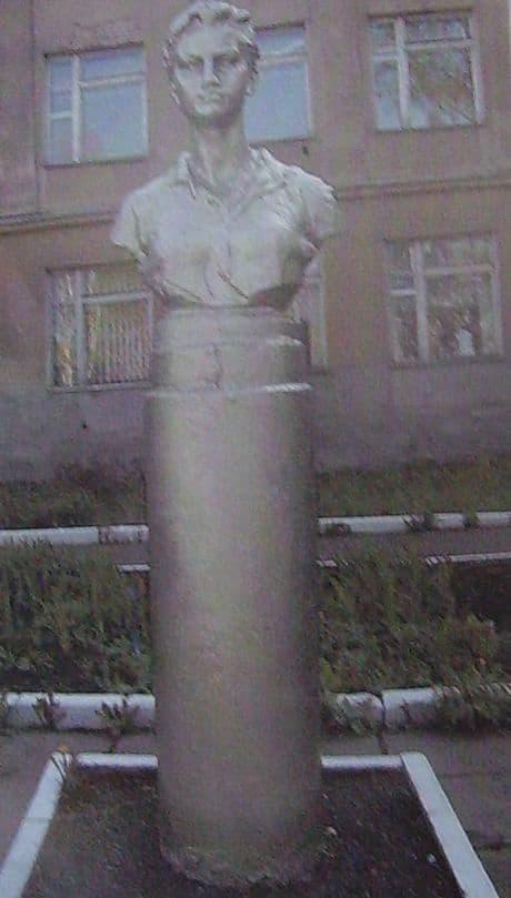 Бюст З.Космедемьянской.  Улица К.Маркса, 164,  установлен в 1962 г.