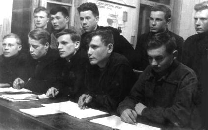 Курсанты Ижевского аэроклуба на занятиях. (2-я полов.  1930-х гг.)