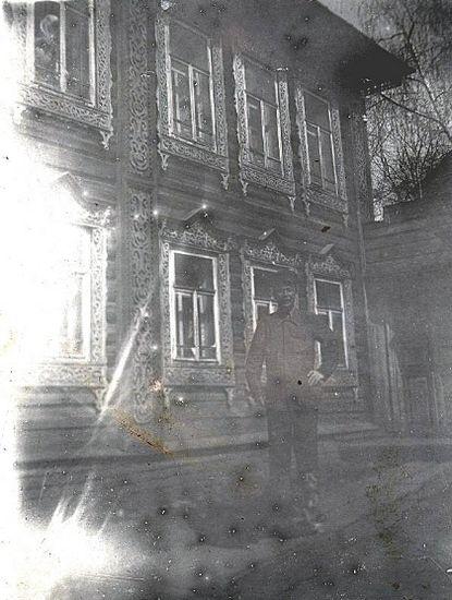 Дом Можаева Ф.Ф. в г. Ижевске. Двухэтажный деревянный, обшитый тесом дом. Видны 8 окон на обоих этажах с резными наличниками. Справа видна часть ворот.  Фото: 1920-1930-е гг.