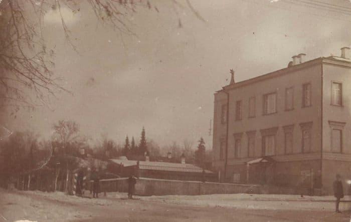 Здание Военного собрания. Полосатая будка полицейского. Фото: конец 19 - начало 20 вв. Ижевск.
