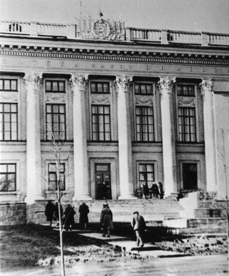 Изображение герба СССР со знаменами на фасаде библиотеки имени Ленина.