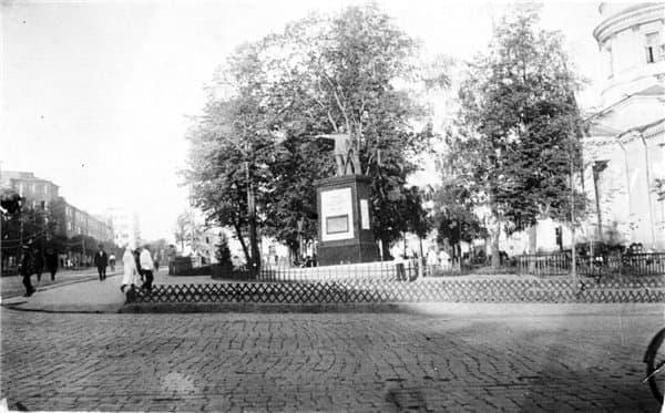 Площадь им. Пастухова в Ижевске. Памятник Пастухову.