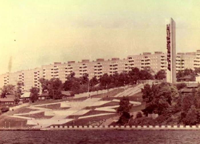 Вид на набережную и монумент, дома на улице Милиционная и М.Горького. 1980-й год. Ижевск.