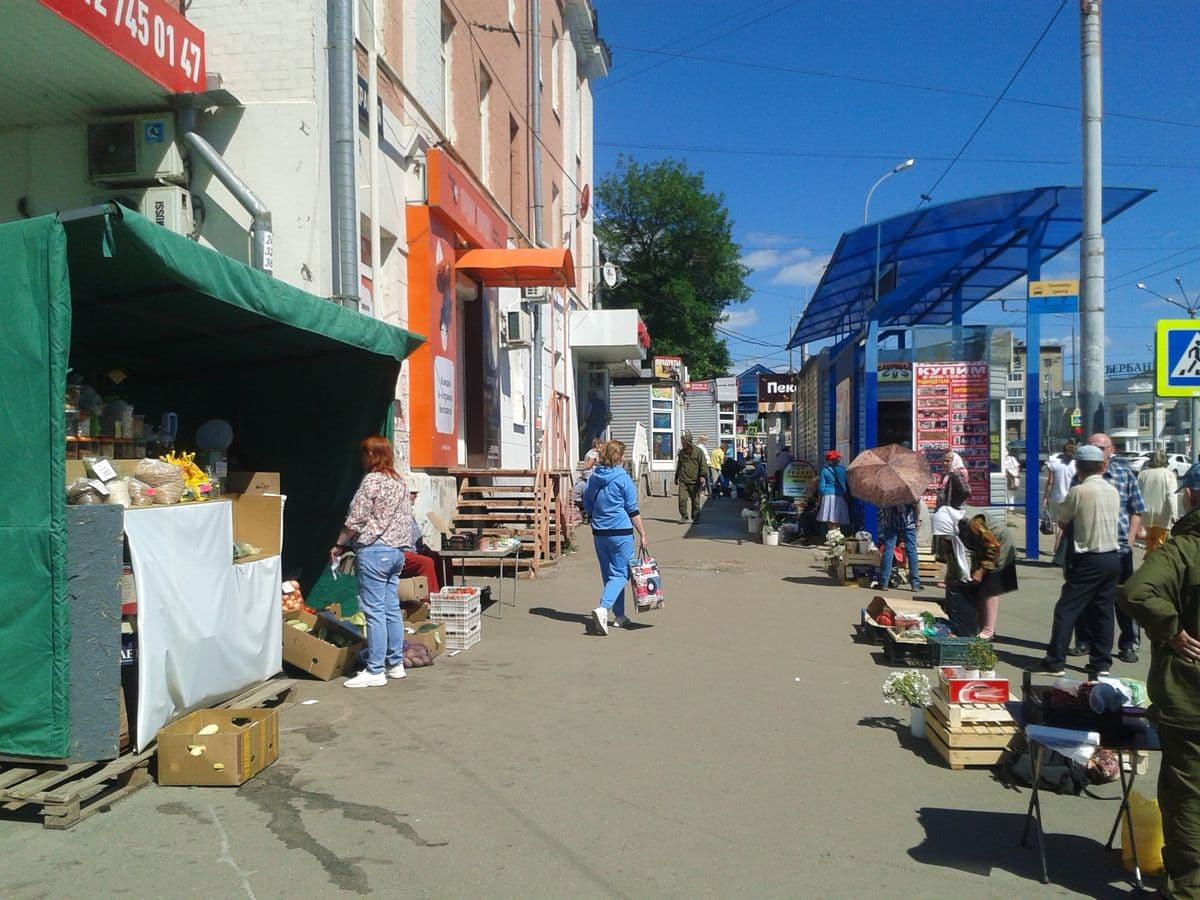 Уличная торговля у дома №154 ул. Красная Ижевск. 19.06.2020. ДВА.