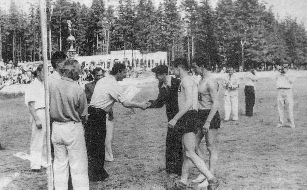 Награждение победителей эстафеты на приз ПКиО им.Кирова. 1955 г.