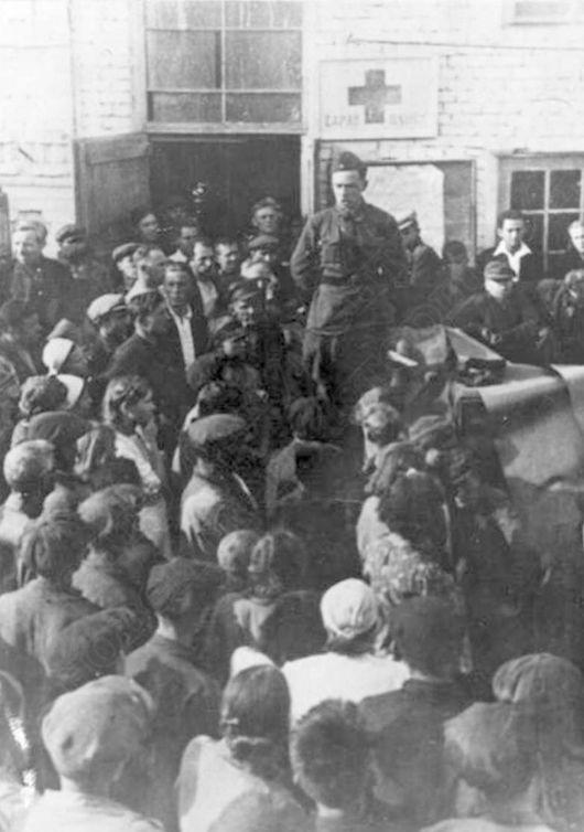 Представитель действующей армии выступает на митинге на Ижевском машиностроительном заводе, примерно 1941 год. Ресурс: Фотокаталог ГКУ «ЦДНИ УР».