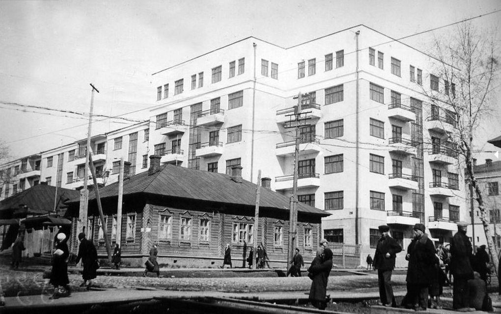 Угол улиц Советской и К.Маркса. Дом Карла Маркса 208. Ижевск. 1930-е годы.