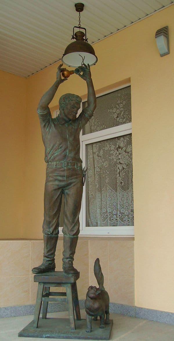 Второй памятник электрику в Ижевске. Паблик-арт.