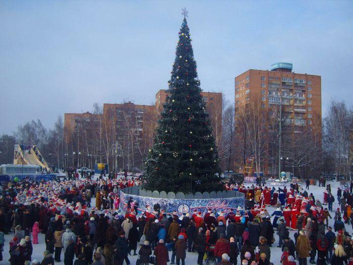 Новый 2009 год. 450 дедов морозов в честь юбилея вхождения Удмуртии в состав России. Ижевск.