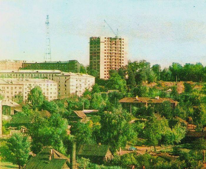 Строительство дома Наговицына 8. Дома Пшкинская 223, 229, 231, 239. Деревянная застройка участка ниже площади вдоль улицы К.Маркса, 1969 год.