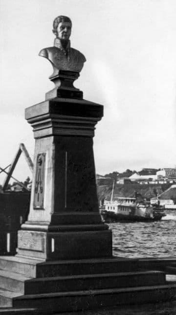 Памятник А.Ф. Дерябину. За памятником катер Шрапнель. На заднем плане, возможно, коромысловский цирк.