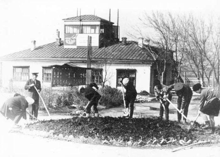 Командно-диспетчерский пункт и штаб второго Ижевского аэропорта. Работа при участке. Фото: Ижевск, конец 1950-х годов.