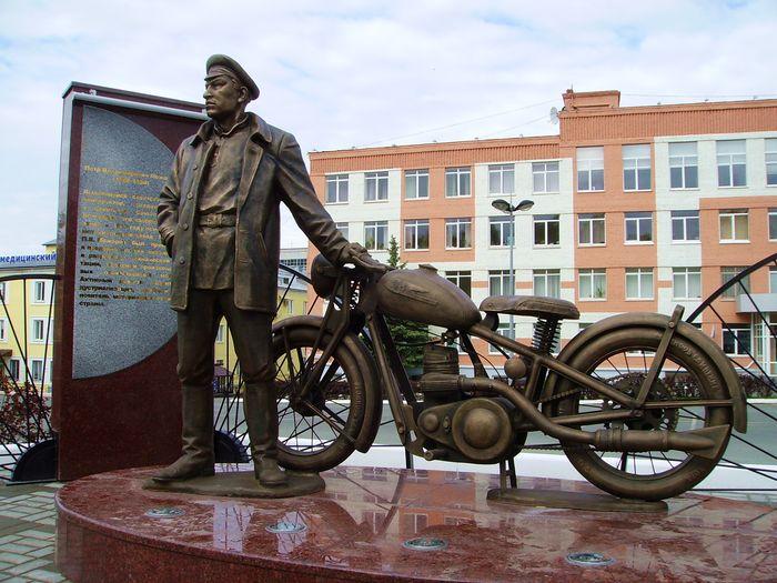 Памятник создателю первых ижевских мотоциклов Петру Можарову. Ижевск. Мотоцикл точная копия ИЖ-7.