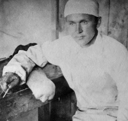 Ворончихин С.И., главный врач эвакогоспиталей, после операции в госпитале, расположенном в шк. №22 г.Ижевска. 1942 г.