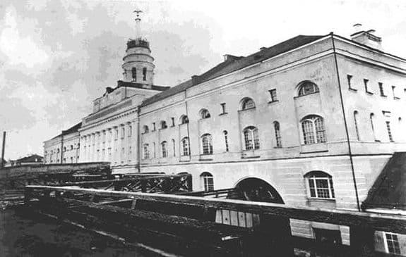 Орел на башне главного корпуса Ижевского оружейного завода.