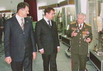 Президент России Дмитрий Медведев в Ижевске. На фото рядом с президентом России Волков Александр Александрович и Михаил Тимофеевич Калашников.